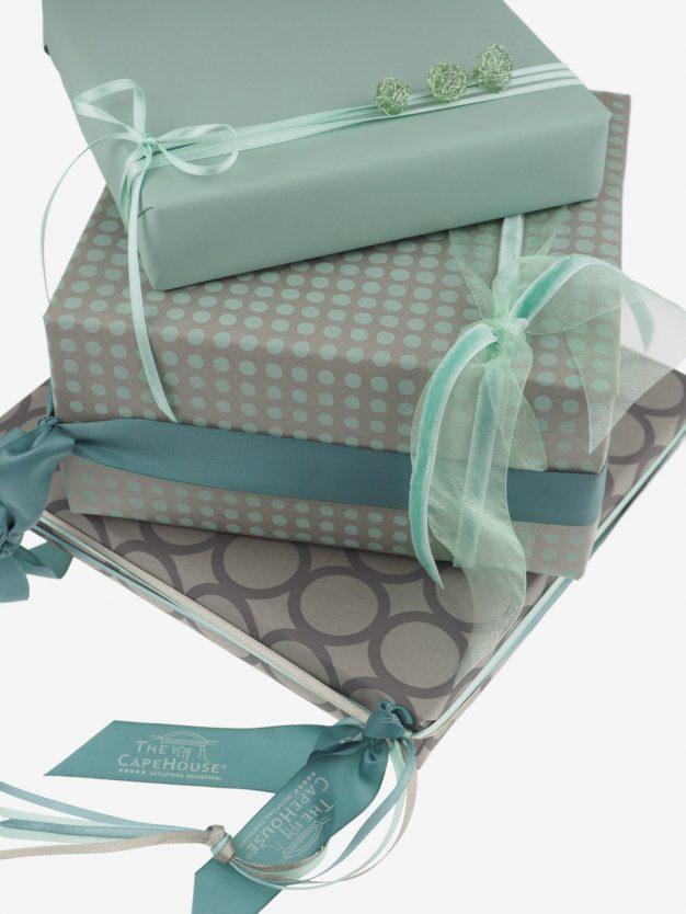 geschenkpapierpaeckchen-taupe-mit-punkte-pastellgruen