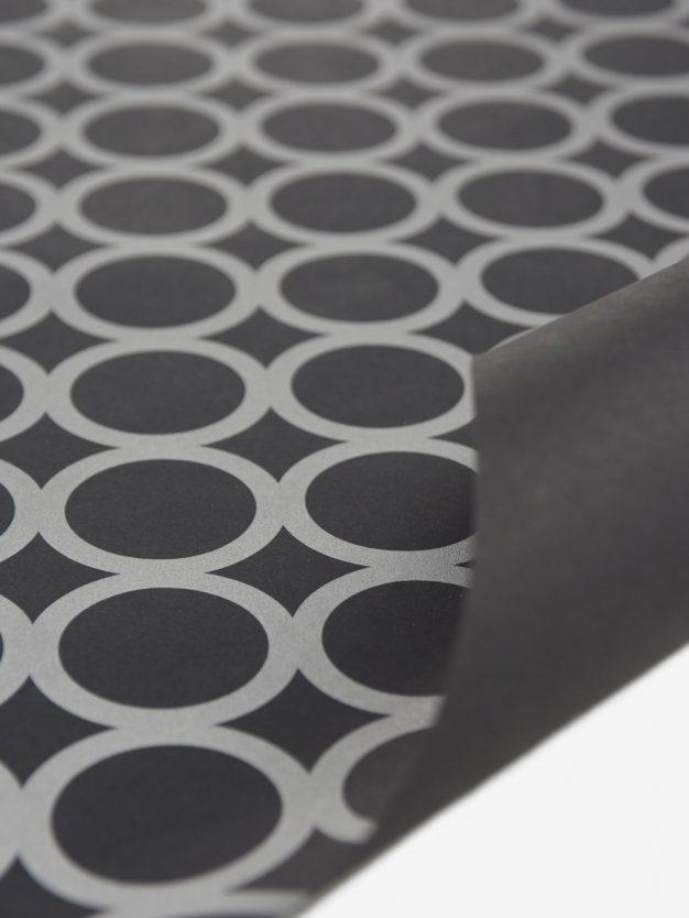geschenkpapierbogen-schwarz-mit-ringe-silber