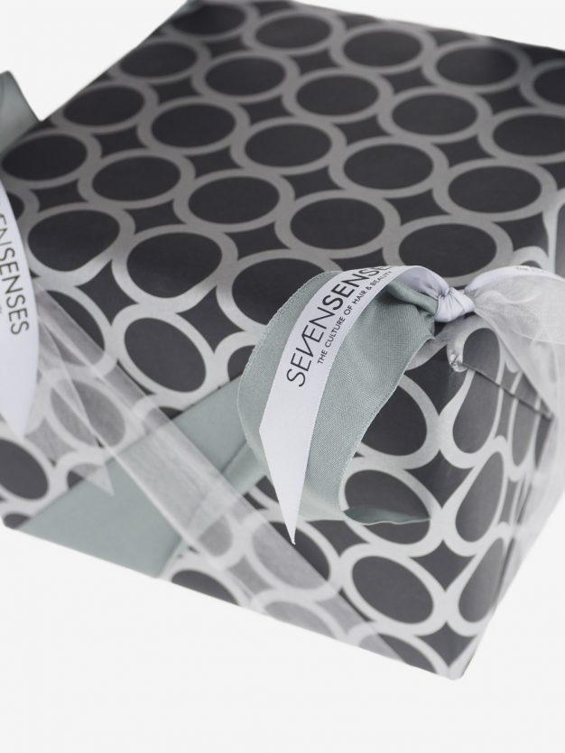 geschenkpapierverpackung-schwarz-mit-ringe-silber