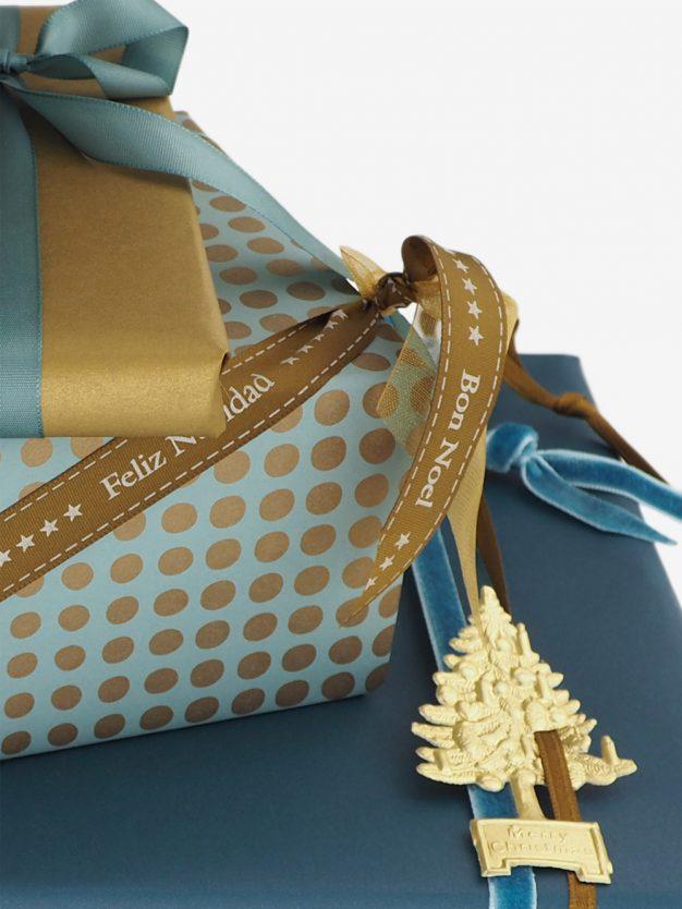 geschenkpapierverpackung-tuerkis-mit-punkte-gold