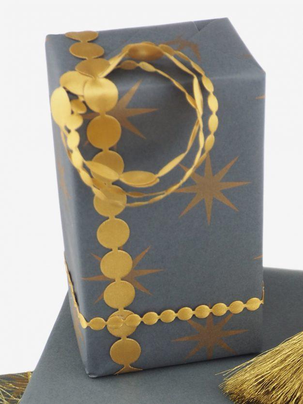 geschenkpapierverpackung-anthrazit-mit-sterne-gold