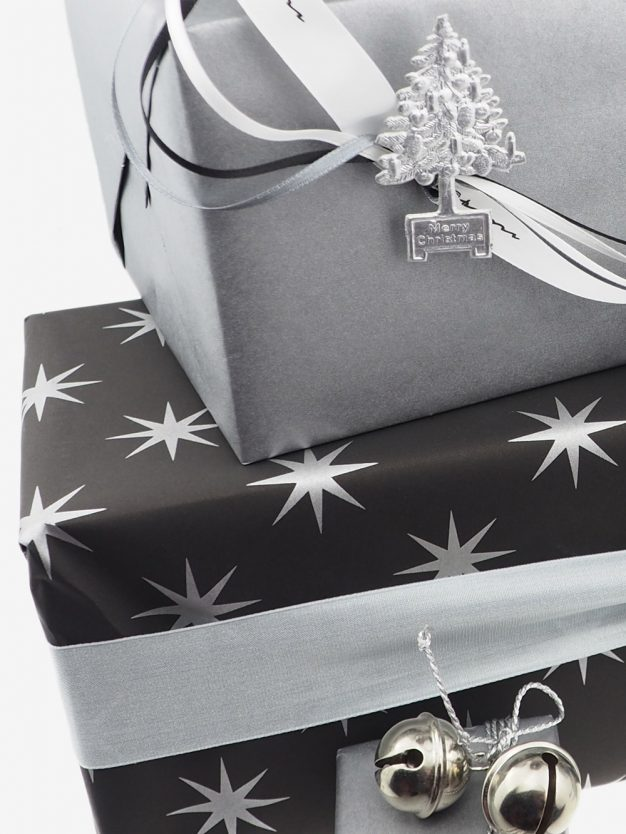 geschenkpapierverpackung-schwarz-mit-sterne-silber
