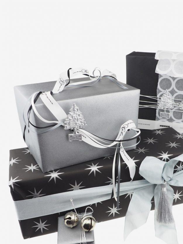geschenkpapierverpackung-schwarz-mit-sternen-silber