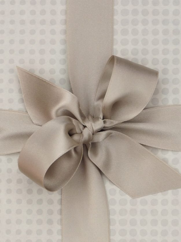 geschenkpapierverpackung-creme-mit-dottis-grau