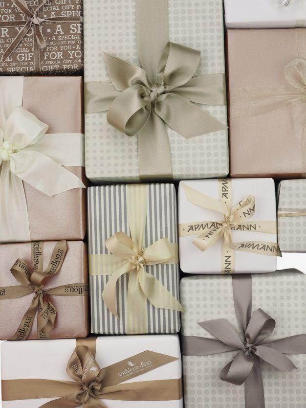 geschenkpapierpaeckchen-creme-mit-punkte-grau