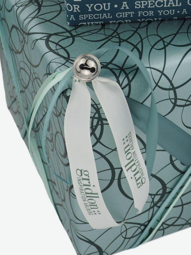 geschenkpapierverpackung-tuerkis-mit-ovale-dunkelgruen
