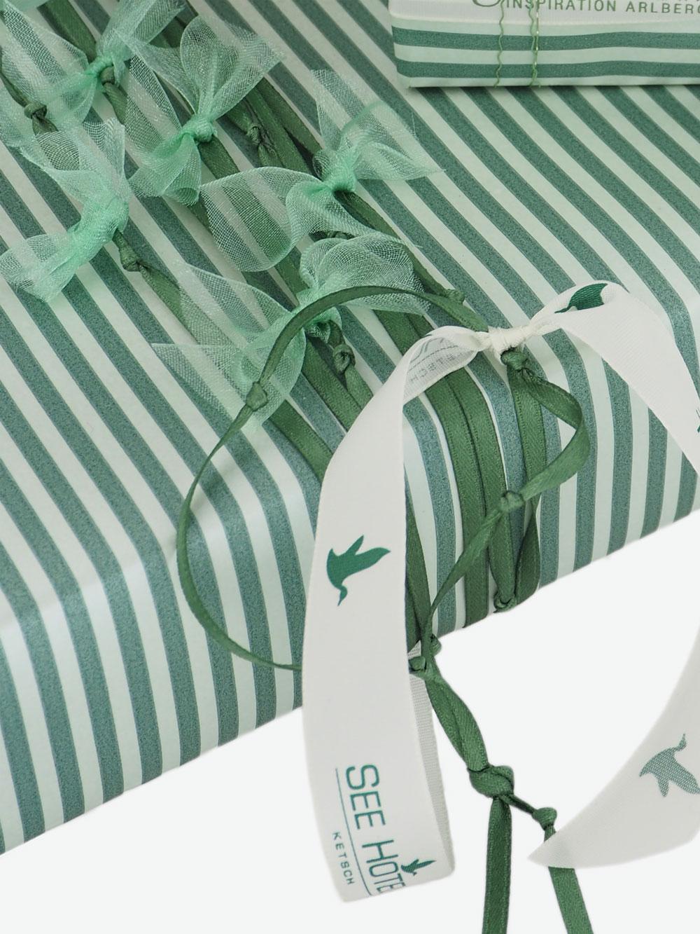 geschenkpapierverpackung-creme-mit-streifen-gruen