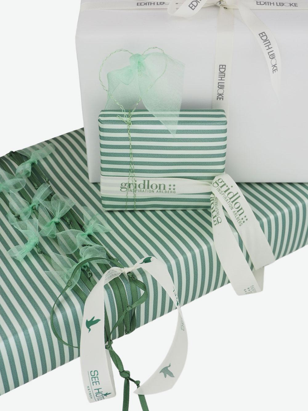 geschenkpapierpaeckchen-creme-mit-streifen-gruen