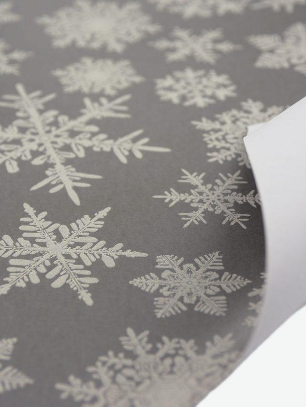 geschenkpapierbogen-taupe-mit-eiskristallen-grau