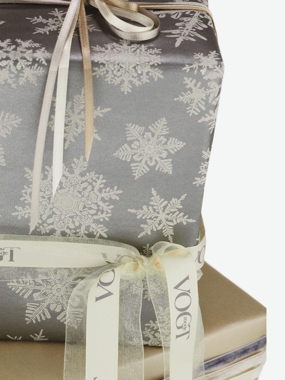 geschenkpapierverpackung-taupe-mit-eiskristallen-grau