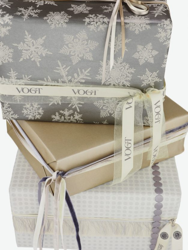 geschenkpapierpaeckchen-taupe-mit-eiskristallen-grau