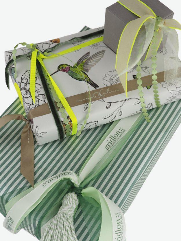 geschenkpapierpaeckchen-creme-mit-kolibri-bunt