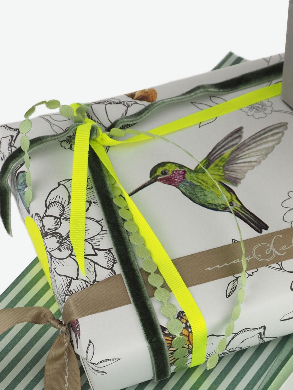 geschenkpapierverpackung-creme-mit-kolibri-bunt