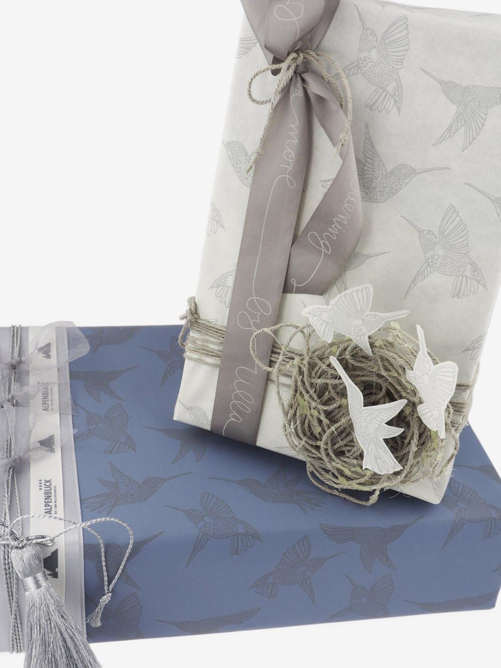 Geschenkpapier; graublau; bedruckt grau